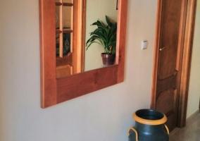 Acceso a la casa con fachada en tonos claros