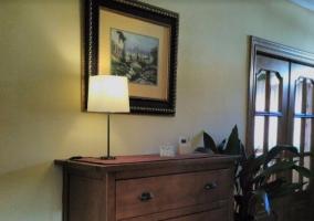 Sala de estar con mueble en madera y televisor