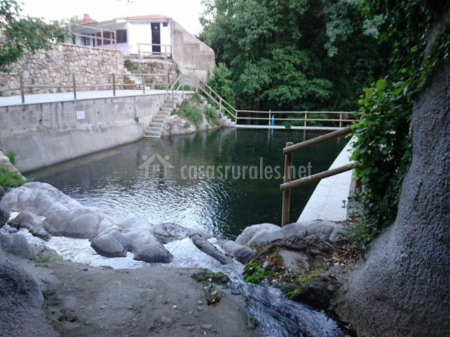 La adrada piscina natural finest piscinas naturales de for Piscinas naturales navaluenga