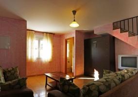 Sala de estar con paredes en madera
