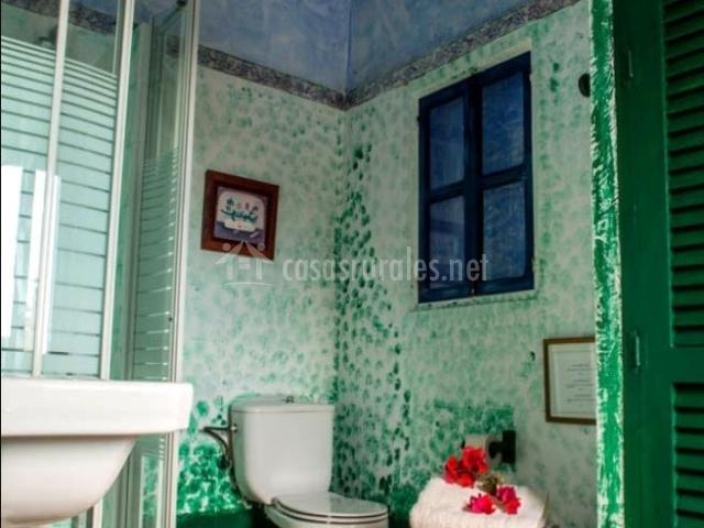 Aseo de la casa con ducha y mucha luz