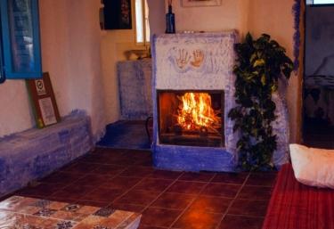 Sala de estar con chimenea encendida y sillones