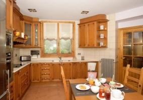Cocina comedor con la mesa en madera