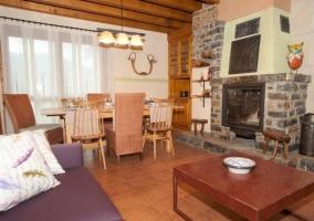 Sala de estar y comedor con la chimenea en piedra