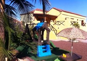 Vistas de las zonas exteriores con palmeras