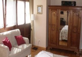 Sofá y armario del dormitorio