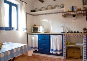 Cocina con detalles y azulejos en color blanco