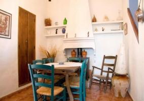 Cocina con muebles en color azul y detalles blancos