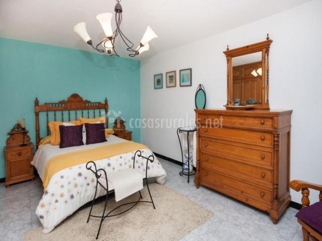 Mobiliario rústico de la habitación