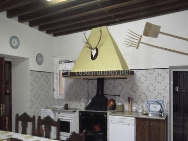 Cocina con mesa y chimenea