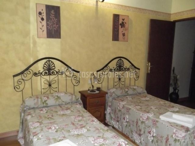 Dormitorio doble con cabeceros de forja