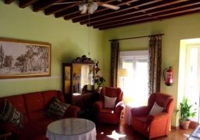 Sala de estar con sillones en color rojo