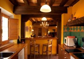 Cocina completa con armarios en madera