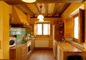 Cocina con armarios en madera y buena luz