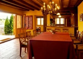 Comedor del alojamiento con mesa de madera y sillas