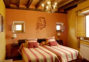 Dormitorio doble con vigas de madera en el techo