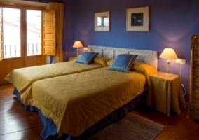 Dormitorio doble en azul y amarillo