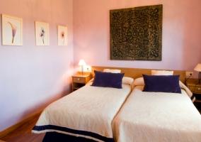 Dormitorio doble en blanco y azul con suelos de madera