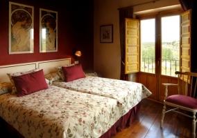 Dormitorio doble en burdeos y con suelo de madera
