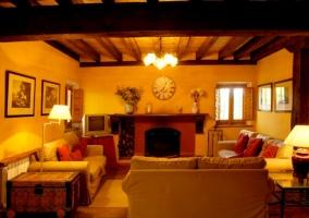 Sala de estar con chimenea y cuadros