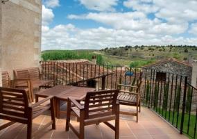 Vistas de la terraza equipada con elementos de madera