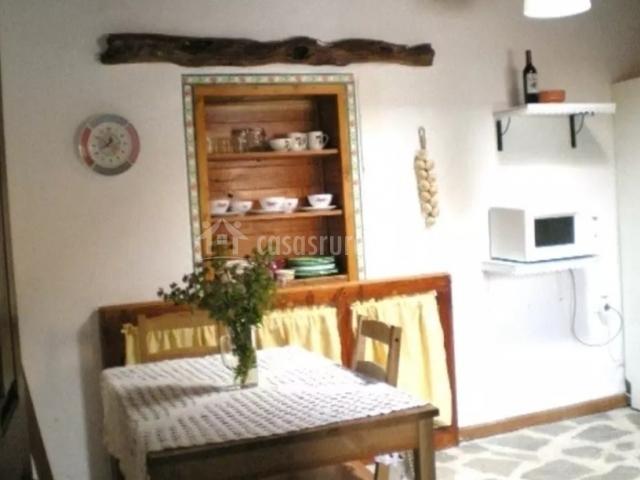 Mesa de madera en la cocina