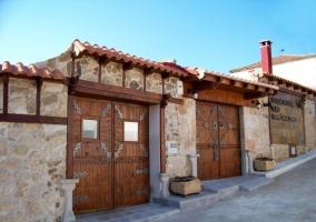 Puerta de entrada y letras con el nombre de la casa rural