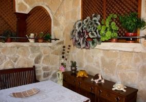 Porche de piedra con mesa
