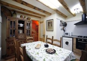 Cocina amueblada con mesa y electrodomésticos