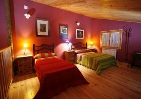 Habitación abuhardillada con dos camas nido