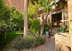 Jardín y porche acristalado