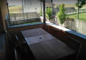 Porche con mesa de madera