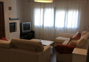 Sala de estar con comodos sofas