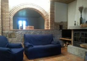 Sala de estar con sillones y una chimenea