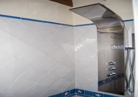 Baño habitación tonos claros.