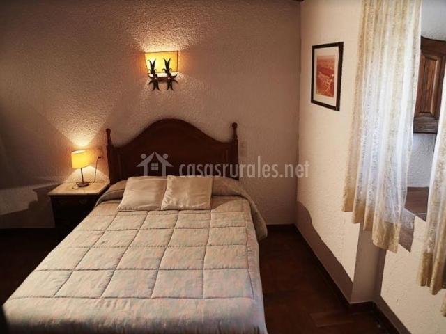 Dormitorio de matrimonio con ventanas