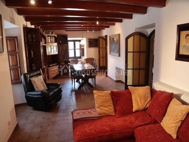 Sala de estar y comedor con sillones en rojo