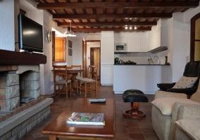 Cocina de la casa con la sala de estar al lado y chimenea