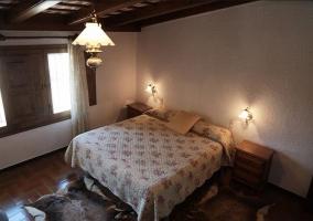 Dormitorio de matrimonio con amplias ventanas