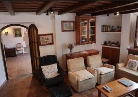 Sala de estar con sillones en beige