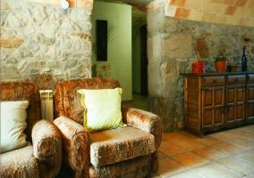 Sofás y paredes de piedra