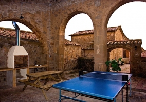 Mesa de ping pong y barbacoa