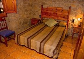 Con paredes de piedra en dormitorio