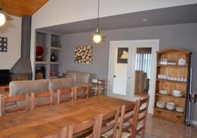 Mesa de comedor y mueble con vajilla
