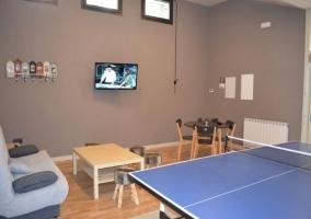 Mesa de ping-pong y zona de estar
