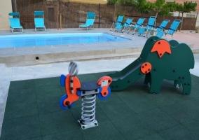 Piscina y parque infantil