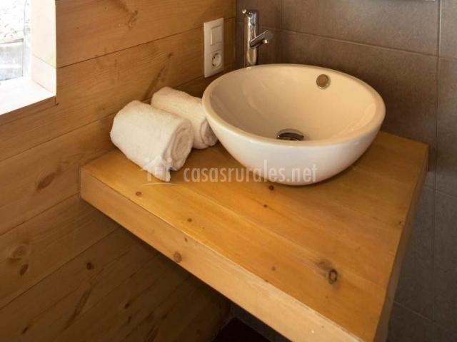 Mueble del lavabo y toallas