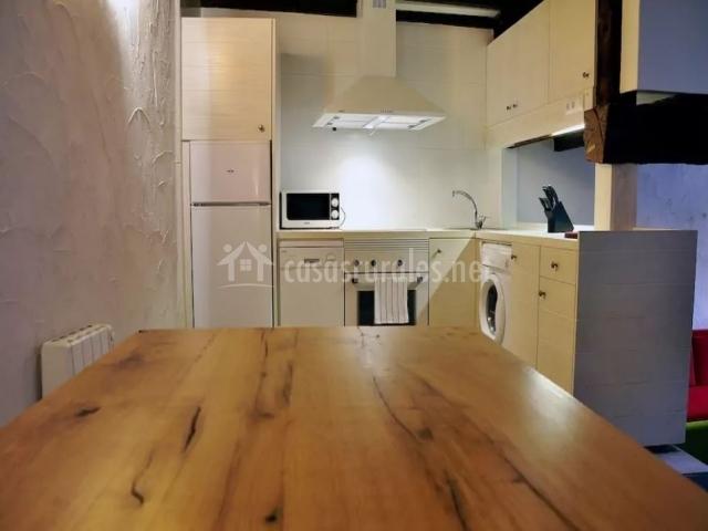 Cocina y mesa de comedor
