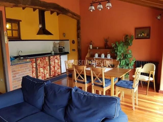 Mesa de comedor y sillas de madera