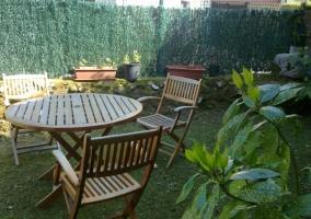 Jardín con mobiliario de madera
